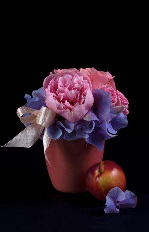 аранжировка с хортензия божури и рози