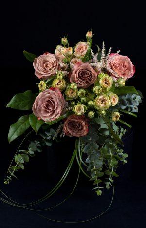 Букет с рози, астилбе и мини рози