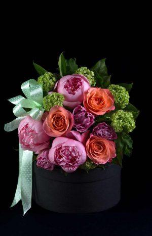 Букет с рози, божури и вибурнум