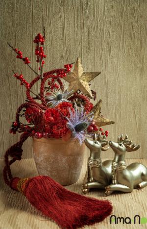 Зимна празнична аранжировка с цветя