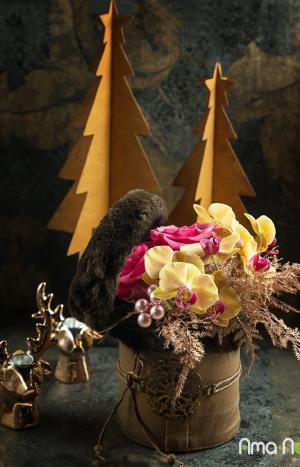 Празнична аранжировка на рози и орхидеи