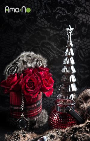 Коледна аранжировка с червени рози